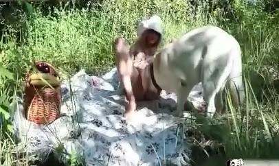 Sex animal потаскуха поебалась с песиком в лесочке зоофилия видеофильм